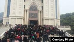聚集在浙江温州三江教堂前反对拆迁的信众。(2014年,对华援助协会网站图片)