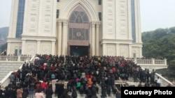 聚集在浙江温州三江教堂前反对拆迁的信众。(对华援助协会网站图片)