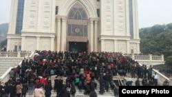 聚集在浙江溫州三江教堂前反對拆遷的信眾。 (2014年,對華援助協會網站圖片)
