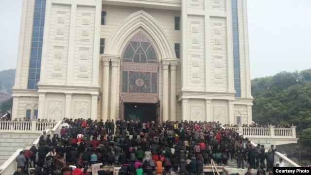 浙江温州三江的信众聚集在教堂前面抗议政府拆迁。(资料照片)