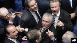 미셀 테메르 브라질 신임 대통령(가운데)이 31일 취임 선서를 하기 위해 의회에 도착한 후, 의원들의 환영을 받고 있다.