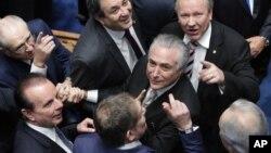 副總統米歇爾特梅爾(中)將會接替羅塞夫擔任總統。