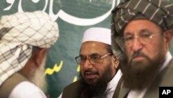 激进组织虔诚军创始人赛义德(中)4月4号在巴基斯坦和宗教领袖会谈
