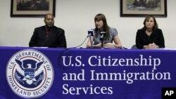 En esta foto del 27 de julio de 2011, aparecen el director para el distrito de Filadelfia del Servicio de Ciudadanía e Inmigración de Estados Unidos (USCIS), Tony Bryson (izquierda), junto a la oficial de adjudicaciones, Rosemary Hartmann, con el oficial
