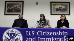 Petugas imigrasi AS memberikan keterangan pers (foto: dok). Dinas imigrasi AS menggerebek rumah diplomat Saudi di Washington.