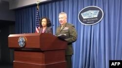 La porte-parole du Pentagone Dana White et le lieutenant-général de la Marine Kenneth McKenzie Jr. Lors d'un point de presse à Washington, DC, du 5 avril 2018.