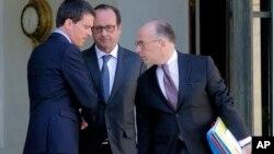2015年4月21日法国总理瓦尔斯(左),总统奥朗德(中)和内政部长卡泽纳夫(右)内阁会议后离开爱丽舍宫
