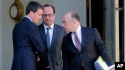 22일 프랑스 파리 엘리제궁에서 마뉘엘 발 총리와 프랑수아 올랑드 대통령, 베르나르 카즈뇌브 내무장관(왼쪽부터)이 내각회의를 마친 후 대화를 나누고 있다.