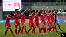 16일 인천 아시안게임 C조 조별리그 1차전에서 베트남에 승리한 북한 여자축구팀이 경기 후 관중석을 향해 손을 흔들고 있다.