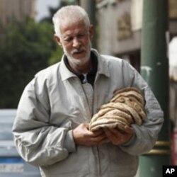 Un homme ayant acheté du pain au Caire