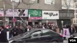 تجمع دراویش در خیابان پاسداران تهران برای آزادی یکی از دراویش در بهمن سال گذشته با واکنش تند حکومت ایران مواجه شد.