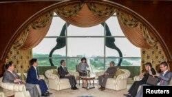 លោករដ្ឋមន្ត្រីការបរទេសចិន Wang Yi ជួបជាមួយនឹងលោកនាយករដ្ឋមន្ត្រីម៉ាឡេស៊ី Mahathir Mohamad នៅក្នុងក្រុង Putrajaya ប្រទេសម៉ាឡេស៊ី កាលពីថ្ងៃទី១ ខែសីហា ឆ្នាំ២០១៨។