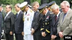 한국전쟁 발발 63주년을 맞아 워싱턴 한국전쟁 기념비에서 참전용사들을 위한 헌화식이 열린 가운데, 참석 인사들이 희생자들을 기리는 묵념을 하고 있다. 사진=박설믜 인턴기자.