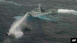 日本海岸警衛隊發佈的照片﹐2013年1月24日﹐日本海岸警衛隊巡邏船在有爭議島嶼水域向一艘台灣船隻發射水炮警告。