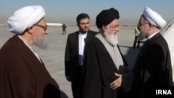 حسن روحانی و احمد علم الهدی در فرودگاه مشهد - بهمن ۱۳۹۴