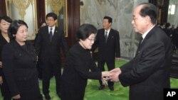지난 2011년 12월 김정일 북한 국방위원장을 조문하기 위해 방문한 김대중 전 대통령 부인 이희호 여사(가운데)이 김영남 상임위원장(오른쪽)을 면담하고 있다. (자료사진)