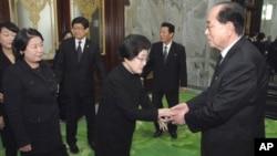 지난 2011년 평양을 방문한 이희호 여사(가운데)와 현정은 현대그룹 회장(왼쪽)이 김영남 북한 최고인민회의 상임위원장(오른쪽)과 만났다. (자료사진)