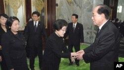 김영남 상임위원장과 만난 이희호 여사(가운데)와 현정은 현대그룹 회장