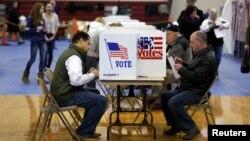 9일 미국 뉴햄프셔주 베드포드의 대선 예비선거 투표장에서 유권자들이 투표하고 있다.