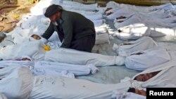 21일 시리아 다마스커스 외곽 고우타 지역에서, 반군이 정부군의 화학무기 공격으로 사망했다고 주장하는 시신들이 놓여있다.