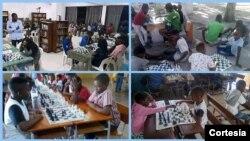 Jovens aprendendo e praticando o xadrez na cidade da Beira