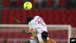 Mohamed Ahmed du Soudan tente de jouer la balle de la tête face à une attaque Nathan Sinkala de la Zambie lors des quarts de finale de la Coupe d'Afrique des nations au stade de Bata, en Guinée équatoriale, 4 février 2012.