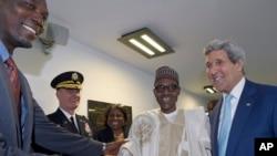 Новый президент Нигерии Мухаммаду Бухари (второй справа) и государственый секретарь США Джон Керри (крайний справа). Нигерия. 29 мая 2015 г.