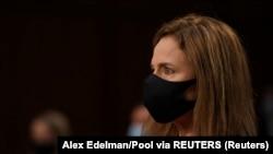 Yargıç Any Coney Barrett, Senato Adalet Komisyonu'nda düzenlenen oturuma, Corona pandemisi önlemleri çerçevesinde maskeyle geldi.