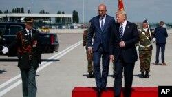 Le Premier ministre belge Charles Michel reçoit le président américain Donald Trump à l'aéroport International de Bruxelles, 24 mai 2017.