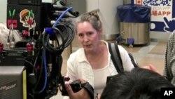 대북 구호활동을 펼쳐온 '조선의 그리스도인 벗들' 하이디 린튼 대표가 지난 2017년 8월 미국 정부의 방북 금지 조치로 북한에서 나온 후 베이징 공항에서 기자들의 질문에 답하고 있다.