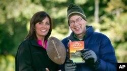 Direktur pelaksana majalah Farmers' Almanac, Sandy Duncan (kiri) dan redaktur Peter Geiger, berpose di Lewiston, Maine (23/8). Majalah berusia 197 tahun ini dalam edisi tahun 2014 memprediksi bahwa sebagian besar wilayah AS akan mengalami hawa dingin yang sangat ekstrim dalam musim dingin mendatang.