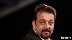 Aktor Bollywood, Sanjay Dutt, dikurangi hukumannya menjadi lima tahun penjara, Kamis (21/3). Sanjay Dutt dipenjara atas tuduhan menyimpan senjata ilegal terkait pemboman Mumbai tahun 1993.