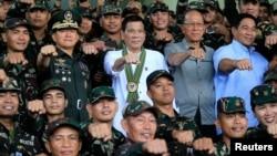 ဖိလစ္ပိုင္ သမၼတ Rodrigo Duterte ။ (အလယ္)