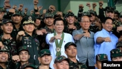 로드리고 두테르테(가운데) 필리핀 대통령이 4일 마닐라 근교 육군본부를 방문, 장병들과 함께 주먹을 내밀며 기념사진을 찍고있다.
