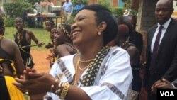 uNkosikazi Auxillia Mnangagwa unika abantu izipho ezehlukeneyo.