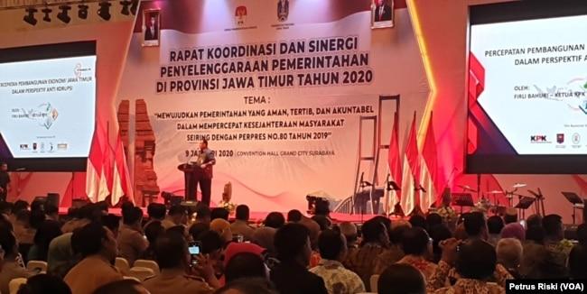 Ketua Komisi Pemberantasan Korupsi (KPK) Firli Bahuri memberikan sambutan pada rapat koordinasi dan sinergi penyelenggara pemerintahan di Provinsi Jawa Timur, di Surabaya, Jawa Timur, Kamis, 9 Januari 2019. (Foto: Petrus Riski/VOA)