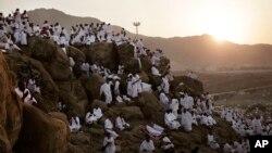 Người Hồi giáo hành hương cầu nguyện trên một đồi đá được gọi là Ngọn núi của Lòng từ bi, trong cuộc hành hương Hajj hàng năm, trước lúc mặt trời mọc ở gần thánh địa Mecca, Ả-rập Xê-út, ngày 11 tháng 9 năm 2016.