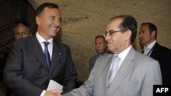 Ліворуч: міністр закордонних справ Італії Франко Фраттіні під час зустрічі з лідером Перехідної національної ради Лівії Махмудом Джібрілом
