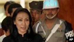 Ratna Sarumpaet, saat membaca pernyataan di pengadilan Jakarta, 24 Maret 1998. (Foto: dok).
