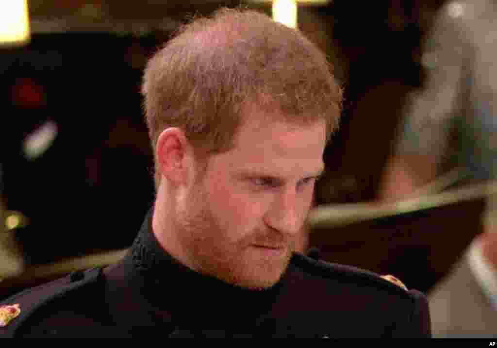 El príncipe Harry como exmiembro de la Armada Británica, rompe el protocolo de llevar barba mientras viste su uniforme, al casarse con la estadounidense Meghan Markle.