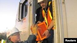 Investigadores sacan la grabadora de datos del tren de Amtrak accidentado.