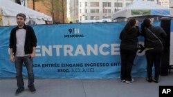 Seorang pengunjung Tugu Peringatan 11 September di New York, berpose di depan pintu masuk museum (4/5). Pengelola Museum 11 September di World Trade Center New York menetapkan HTM sebesar $20-$25, dan menurut rencana akan dibuka musim semi 2014.