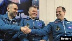 Ba phi hành gia Evgeny Tarelkin của Nga (trái) Oleg Novitskiy của Nga (giữa) và Kevin Ford của Mỹ (phải) tại phi trường Kustanay sau khi từ không gian đáp xuống gần thị trấn Arkalyk, ngày 16/3/2013.