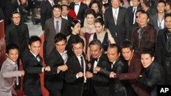 《赛德克巴莱》导演魏德圣(前排左4)和演员们以舞蹈姿势行走金马奖红地毯