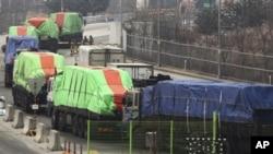 지난해 1월 북한으로 향하는 한국의 대북 지원 밀가루 수송 차량. (자료사진)