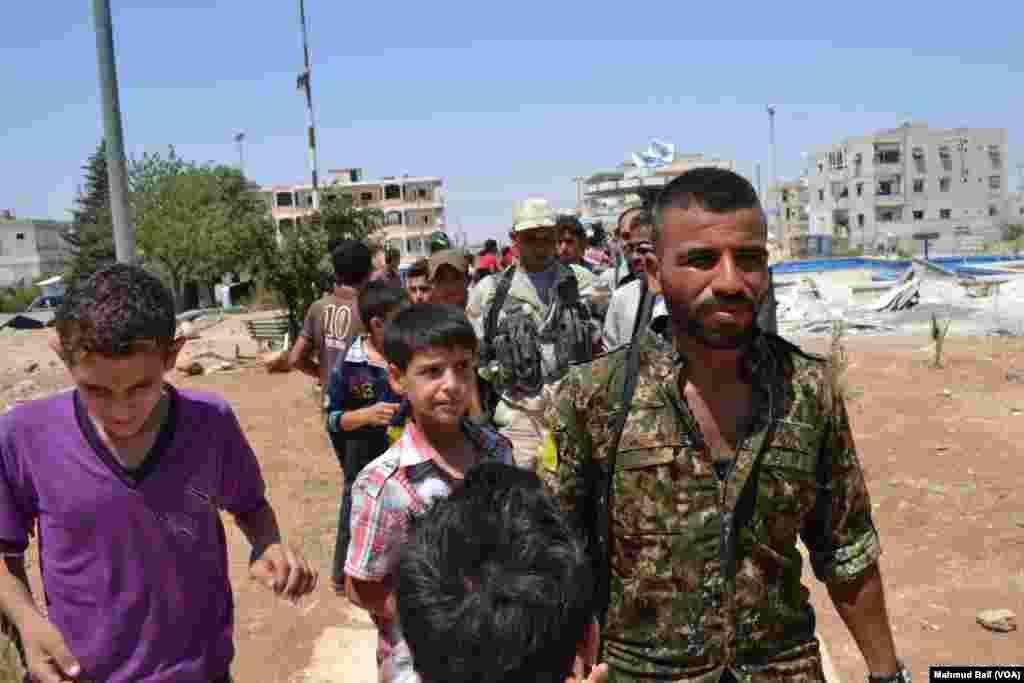 امریکہ کی حمایت یافتہ اس فورس نے دو سو سے زائد ان شہریوں کو بھی رہا کروا لیا ہے جنہیں داعش انسانی ڈھال کے طور پر استعمال کر رہے تھے۔