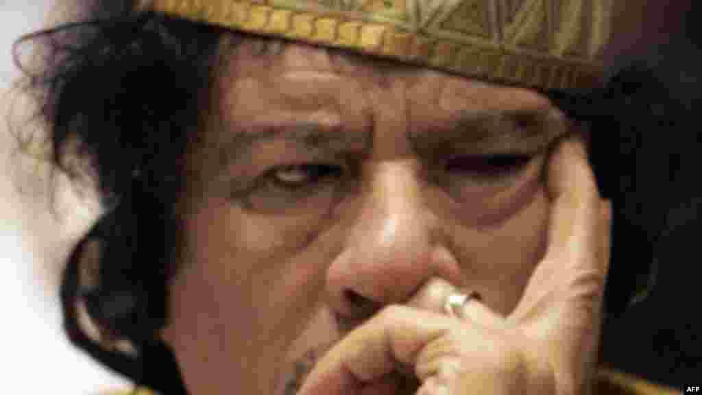 """Le """"guide de la révolution libyenne"""" avait réuni les chefs traditionnels africains s'est attribué le rand de """"roi des rois d'Afrique"""" en 2009."""