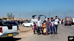 Warga meninggalkan rumah mereka di Ramadi, 115 kilometer dari Baghdad, Irak (15/4).
