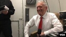 Bộ trưởng Quốc phòng Hoa Kỳ Jim Mattis trên máy bay trong chuyến công du châu Á ngày 24/1/2018. (Photo: B. Gallo / VOA)