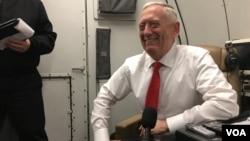 짐 매티스 미국 국방장관이 24일 인도네시아 방문을 마치고 베트남으로 향하는 비행기에서 기자들의 질문에 답하고 있다.